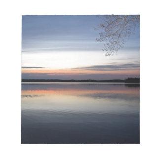 Bloc De Notas Las nubes rosadas reflejan en el lago menor en el