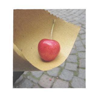 Bloc De Notas Una cereza roja en el papel de la comida de la