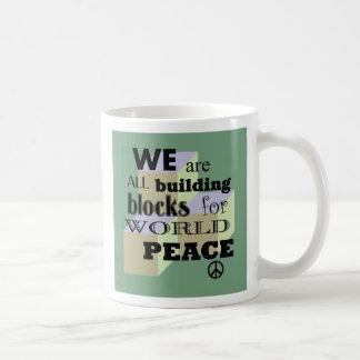 Bloques de la construcción de la paz del mundo taza de café