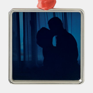 Blue silhouette couple kissing analogue film photo adorno navideño cuadrado de metal