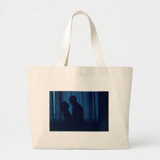Blue silhouette couple kissing analogue film photo bolsa tela grande