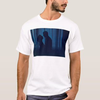 Blue silhouette couple kissing analogue film photo camiseta