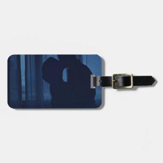 Blue silhouette couple kissing analogue film photo etiqueta para equipaje
