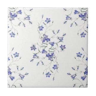 Bluebells en la teja de cerámica blanca de la