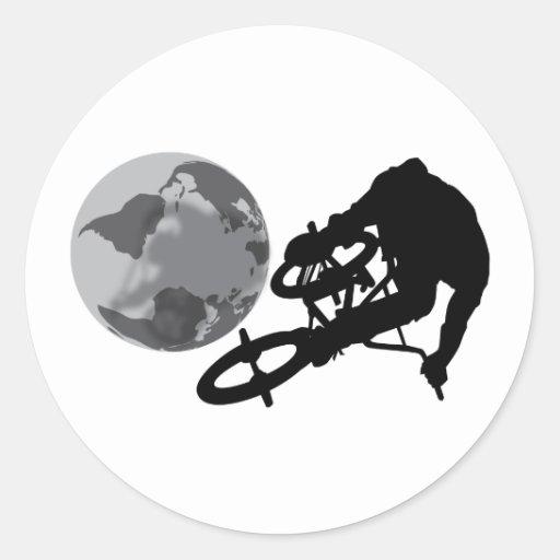 BMX sobre el mundo Etiquetas Redondas