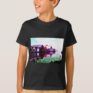 Boathouse rojo en el lago camiseta