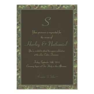 Boda con monograma del camuflaje invitación 12,7 x 17,8 cm