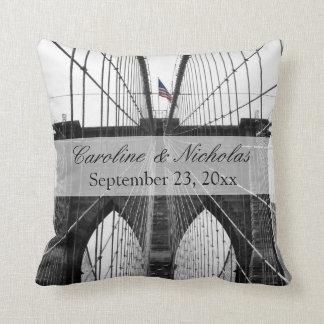 Boda del puente de New York City Brooklyn Cojín Decorativo