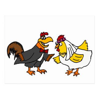 Boda divertido del novio de la novia y del gallo postal