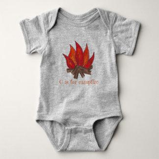 Body Para Bebé C está para los registros de las llamas del fuego