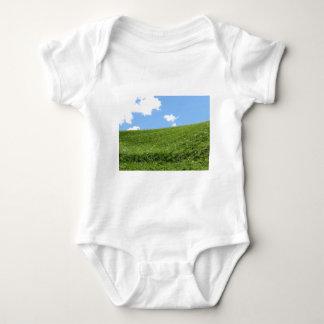 Body Para Bebé Campo herboso en la colina del balanceo contra el