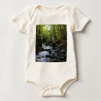 Body Para Bebé corriente cubierta de musgo en el bosque