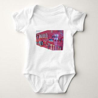 Body Para Bebé Diversas herramientas que cuelgan en la pared en