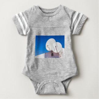 Body Para Bebé Dos antenas parabólicas blancas en la pared de la