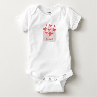 Body Para Bebé Español un sobre con los corazones que flotan de