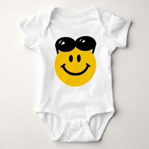 62a8c78cfe Body Para Bebé Gafas de sol encaramadas encima de la cara