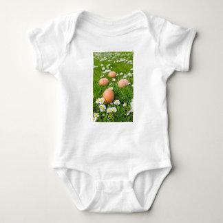 Body Para Bebé Huevos del pollo en hierba de la primavera con las