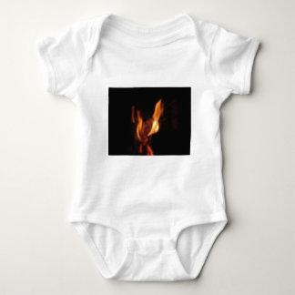 Body Para Bebé Llamas borrosas en una chimenea ardiente en negro