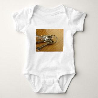 Body Para Bebé Manojo de llaves gastadas de la casa en la tabla