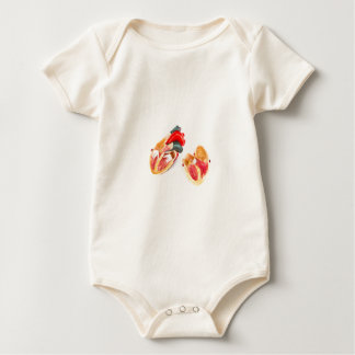Body Para Bebé Modelo humano del corazón aislado en el fondo