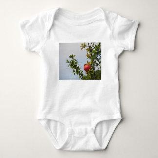 Body Para Bebé Sola fruta roja de la granada en el árbol en hojas