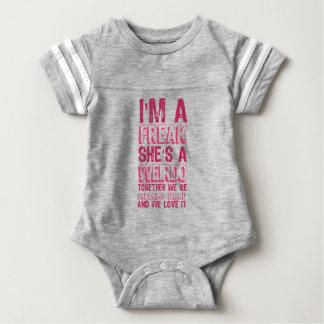 Body Para Bebé soy MONSTRUO que ella es un WEIRDO.