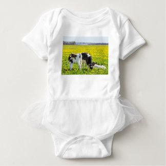 Body Para Bebé Tres calfs recién nacidos en prado de los dientes