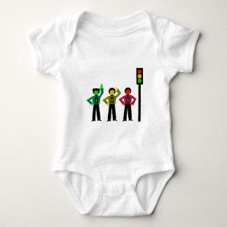 Body Para Bebé Trío cambiante de la luz de parada al lado de la