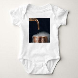 Body Para Bebé tubo de cobre de una destilería con vapor