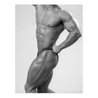 Bodybuilder en la presentación de la postal del