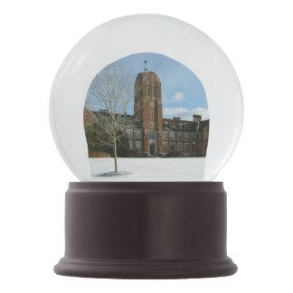 Bola De Cristal Con Nieve Rockwell en invierno en la universidad de la