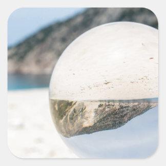 Bola de cristal en la playa griega arenosa pegatina cuadrada