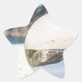 Bola de cristal en la playa griega arenosa pegatina en forma de estrella