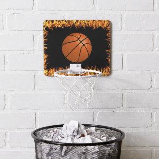 Bola de la cesta en el fuego mini tablero de baloncesto