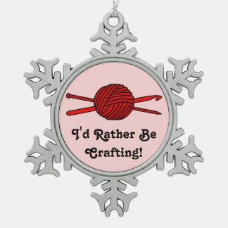 Bola roja del hilado (punto y ganchillo) adorno de peltre en forma de copo de nieve