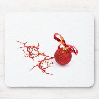 Bola roja del navidad con la ramita en el fondo alfombrilla de ratón
