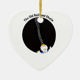 Bola y cadena adorno navideño de cerámica en forma de corazón