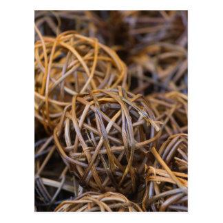 bolas de la madera tejida postal