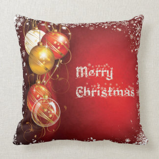 Bolas hermosas del navidad en cuadrado rojo del cojín decorativo