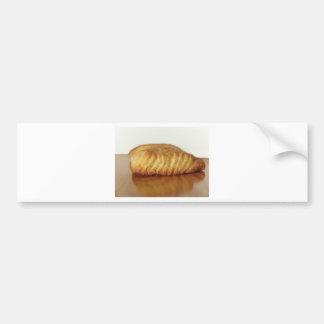 Bollo de leche en una tabla de madera con el pegatina para coche