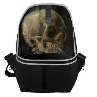 Bolsa De Mensajería Cráneo esquelético con el cigarrillo ardiente de