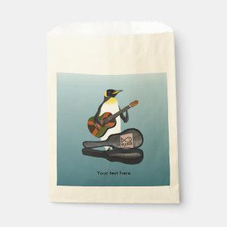 Bolsa De Papel Pingüino Busking con la guitarra de la bandera de
