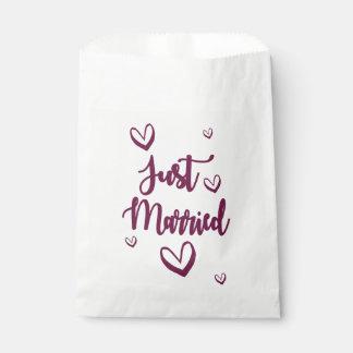 Bolsa De Papel Púrpura apenas casada y corazones que casan la