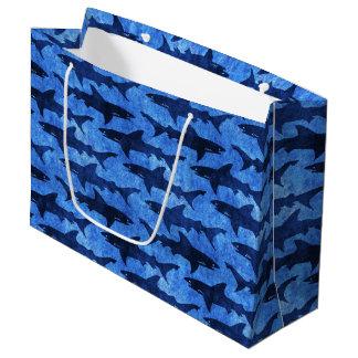 Bolsa De Regalo Grande Escuela de tiburones en el mar azul profundo