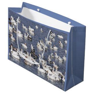 Bolsa De Regalo Grande Una multitud de los gansos de nieve en la playa