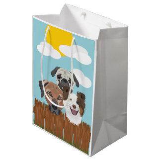 Bolsa De Regalo Mediana Perros afortunados del ilustracion en una cerca de