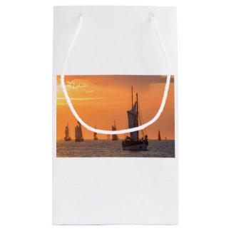 Bolsa De Regalo Pequeña Windjammer en luz de la puesta del sol