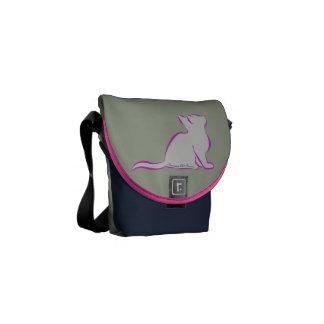 Bolsas De Mensajería Gato rosado, terraplén gris, silueta del texto/del