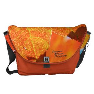 Bolsas De Mensajería La bolsa de mensajero anaranjada grande de la hoja
