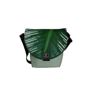 Bolsas De Mensajeria Las hojas del verde con blanco rayan el primer